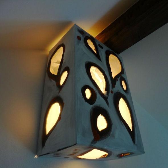 Lampada; scatola di cartone, carta e acrilico; 2009