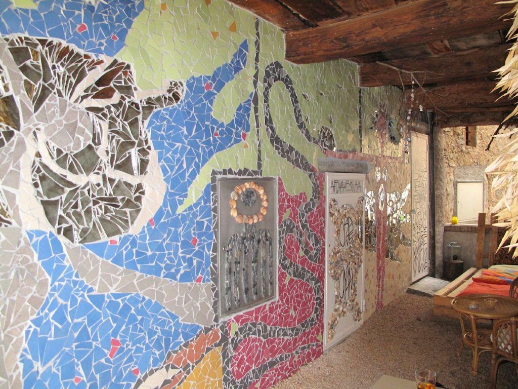 Portico mosaico realizzato con materiali di riciclo e naturali